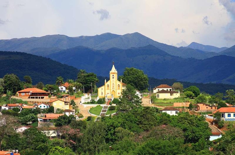 Igreja e vista parcial de Sant'Ana do Capivari.